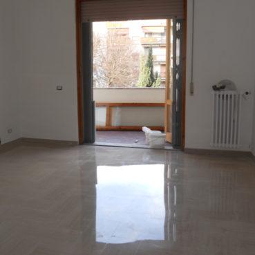 Levigatura e lucidatura a piombo del marmo di pavimentazioni e scale